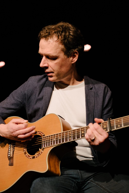 Lawrence Farmer mit Gitarre